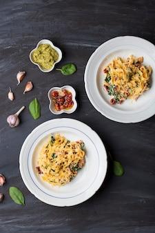 イタリアのパスタサツマイモのタリアテッレ、ベーコン、サンドライトマト、ほうれん草