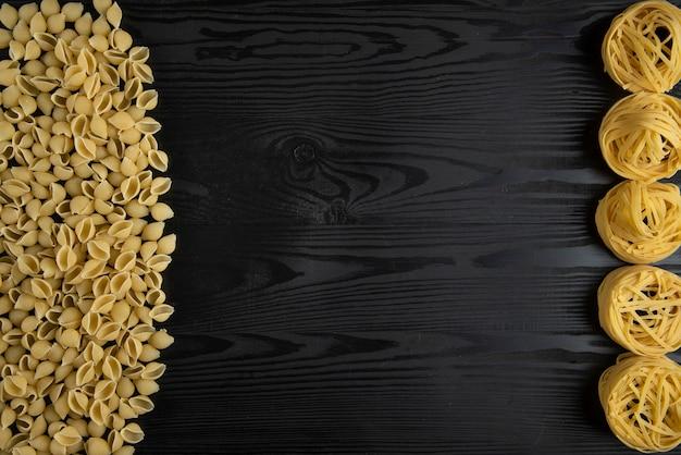 Varietà di pasta italiana sul tavolo nero