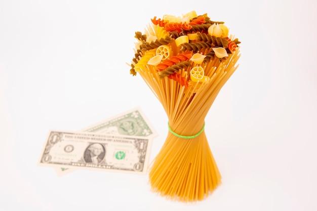 ドル紙幣のイタリアンパスタ。小麦粉製品と調理中の食品