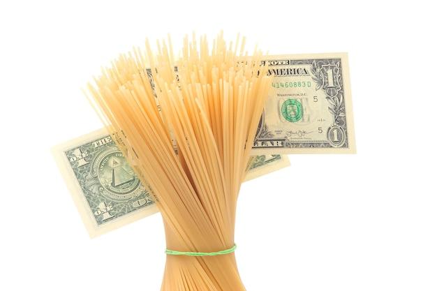 白い表面にドル紙幣が付いたイタリアンパスタ。小麦粉製品と調理中の食品