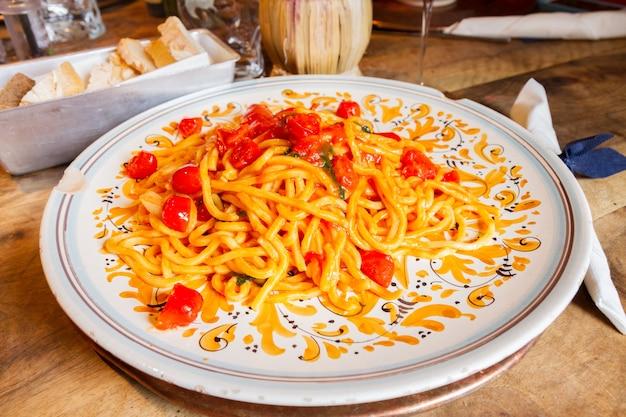 Итальянская паста с помидорами черри на большой тарелке