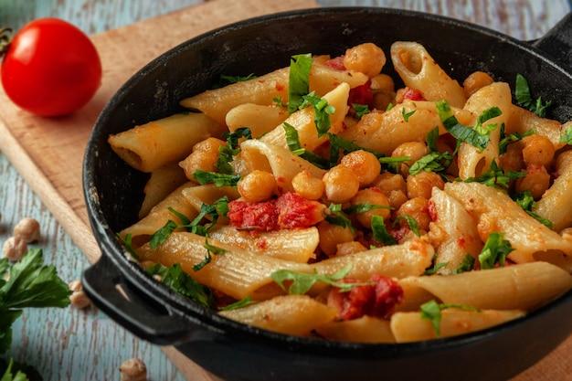 ひよこ豆、スパイス、トマトの部分鍋にイタリアンパスタ