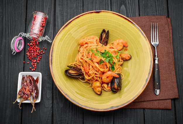 Итальянская паста с морепродуктами и соусом в ресторане
