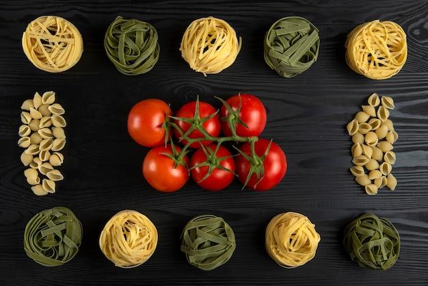 テーブルの上のトマトの束とイタリアのパスタ