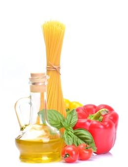 토마토, 고추, 올리브 오일 흰색 배경에 고립 된 이탈리아 파스타