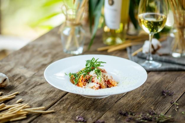 Итальянская паста арббиата с сыром пармезан