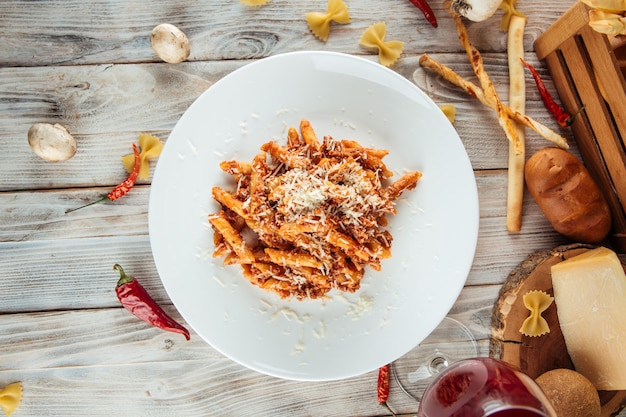 Итальянская паста пенне болоньезе говядина и пармезан