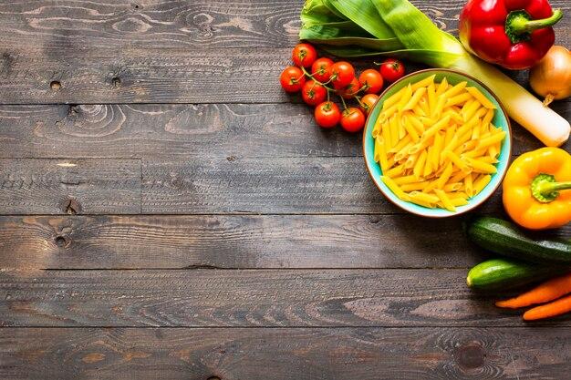 Итальянская паста пенне в томатном соусе и разные овощи