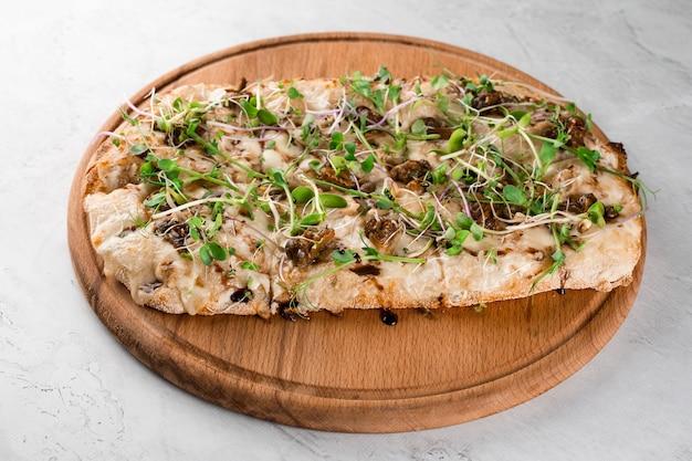 흰색 바탕에 프랑스 에스카르고 포도 달팽이를 넣은 이탈리아 핀사 로마나. 달팽이, 치즈, 마이크로 그린 핀사. 이탈리아 미식가 요리.