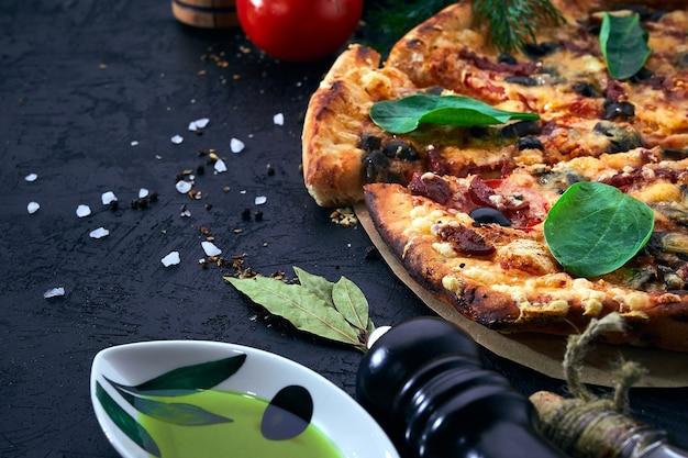 イタリアのピザとピザの調理材料。トマト、オリーブオイル、ハーブ、スパイス。