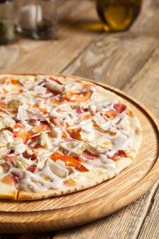 나무 테이블에 이탈리아 피자 caesarlies