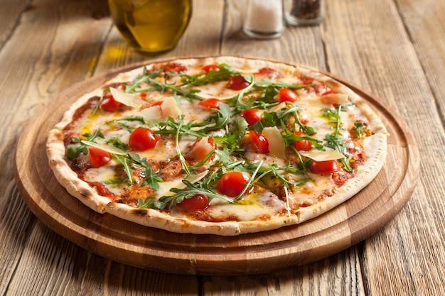 이탈리아 피자 카프레제는 아름다운 나무 테이블에 놓여 있습니다