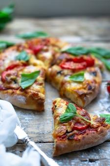 Итальянский повар пиццы готовит пиццу кусок пиццы