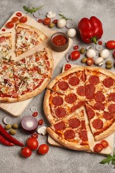 イタリアのピザクラシックな丸いピザピザとスライスピザ明るい背景に食材を使って