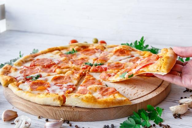 Итальянская пицца пепперони на светлой деревянной