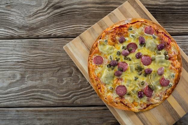 まな板で出されるイタリアのピザ