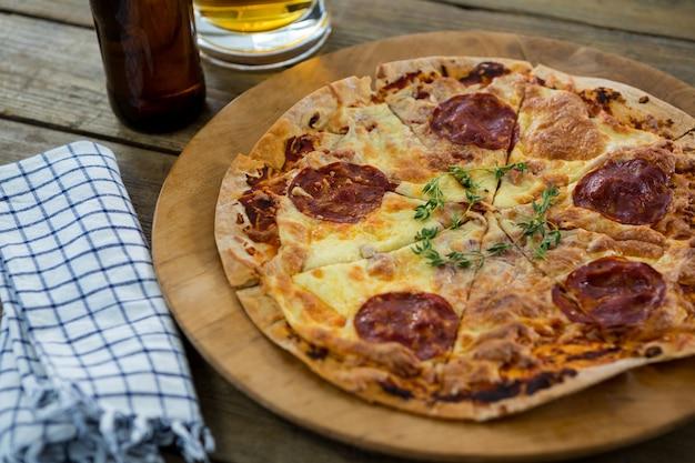ピザトレイで提供されるイタリアのピザ