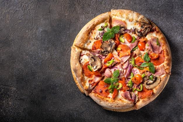 블랙에 베이컨 페퍼로니 모짜렐라와 버섯을 곁들인 이탈리아 피자