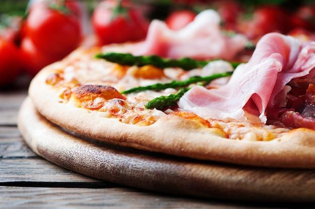 Итальянская пицца с ветчиной и спаржей