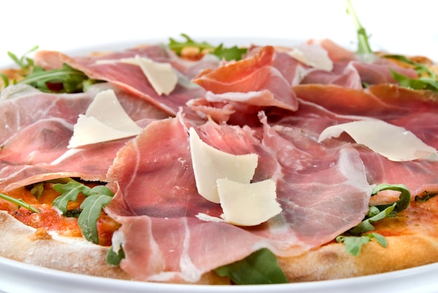 Итальянская пицца с ветчиной и сыром