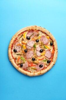 自家製ソーセージを添えたイタリアンピザモッツァレラブルガリアペッパーオリーブ小さなきゅうりシャンピニオンオレガノ