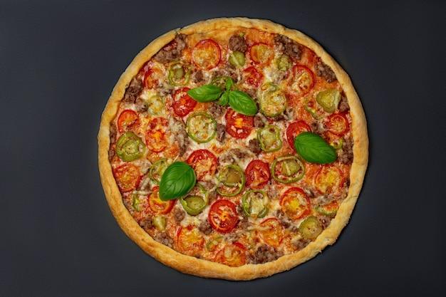 모짜렐라 치즈와 토마토를 녹인 이탈리아 피자, 두꺼운 크러스트에 신선한 잎 바질을 곁들인 후추