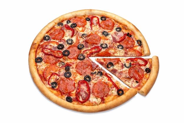 Итальянская пицца с салями и оливками