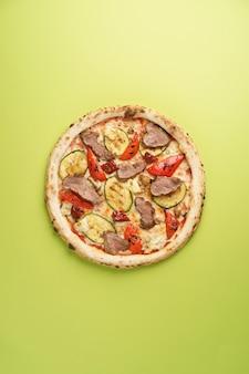 스테이크 주키니 피망 모짜렐라 버섯을 곁들인 이탈리아 피자 sundried 토마토 도르 블루 치즈