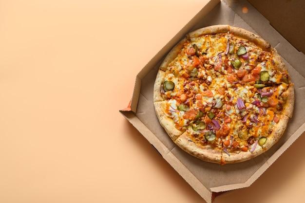 トマト、タマネギ、モッツァレラチーズ、ソースのイタリアンピザ