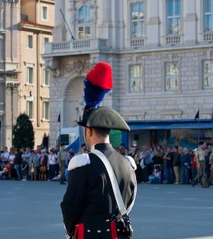 깃털의 모자와 함께 이탈리아 경찰