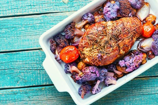 콜리플라워를 곁들인 이탈리아 돼지고기 포르체타입니다. 이탈리아 전통 축제 음식입니다. 돼지고기