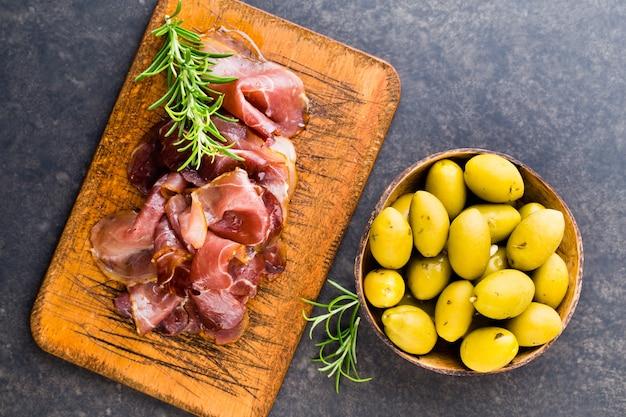 Итальянский прошутто крудо или хамон со специями, оливками, розмарином