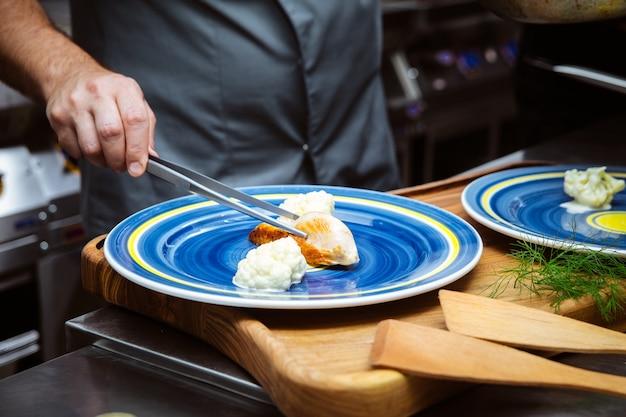 チキンを準備するイタリアンレストランのシェフ