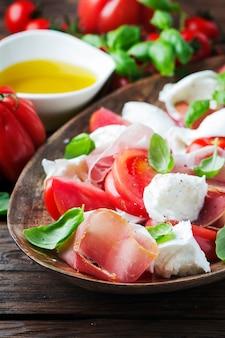 Итальянский салат капрезе с ветчиной и моцареллой