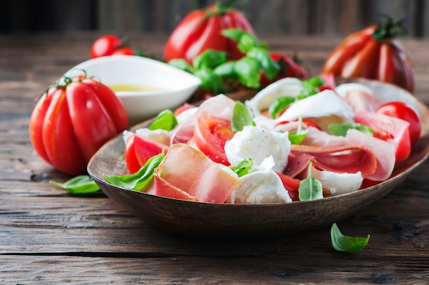 Итальянский салат капрезе с ветчиной