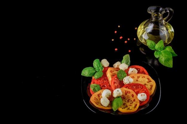 Итальянский салат из помидоров, моцареллы и базилика с оливковым маслом.