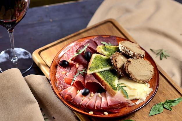 イタリア産サルミ肉盛り合わせ - 生ハム、ブレサオーラ、パンチェッタ、サラミ、パルメザンチーズ