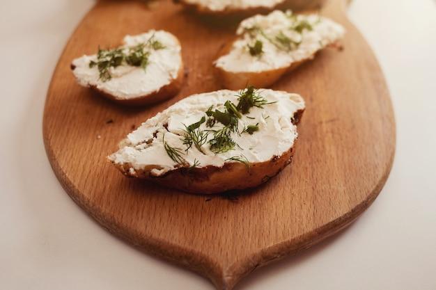 ボード上のチーズとイタリアンサンドイッチ