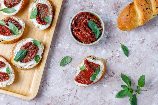 Итальянские бутерброды - брускетта с сыром, сушеными помидорами и базиликом