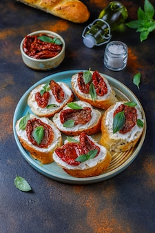Panini italiani - bruschette con formaggio, pomodori secchi e basilico