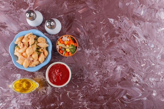 가벼운 테이블에 토마토 소스와 혼합 야채 샐러드와 이탈리아 쉘 파스타.