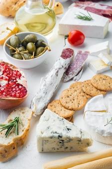 イタリアのスナック、ミートチーズ、ハーブセット、白いテーブルの上