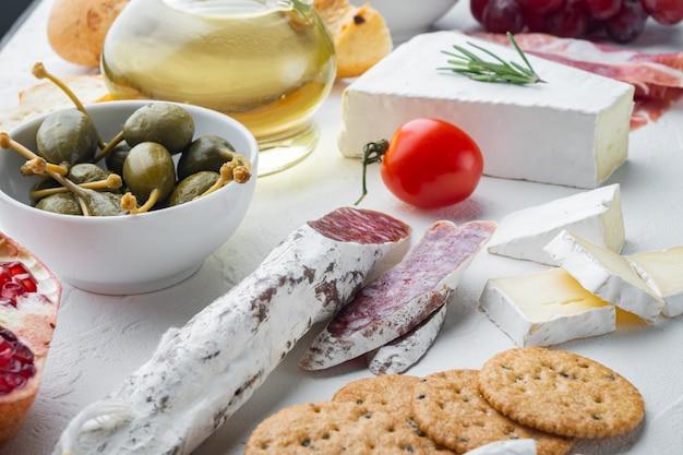 이탈리아 간식, 고기 치즈, 허브 세트, 화이트