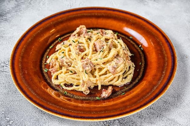 베이컨, 하드 파마산 치즈, 크림 소스를 곁들인 이탈리아 스파게티 까르보나라 파스타