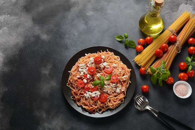 Итальянская паста спагетти с томатным соусом, моцареллой, помидорами черри и базиликом