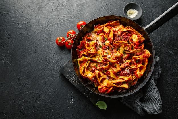냄비에 토마토 소스와 함께 이탈리아 스파게티