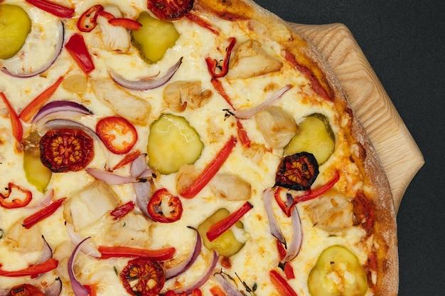 Итальянская острая пицца с овощами и курицей