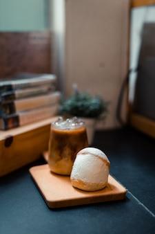 イタリアのスイーツマリトッツォ甘くて新鮮なホイップクリームを挟んだ