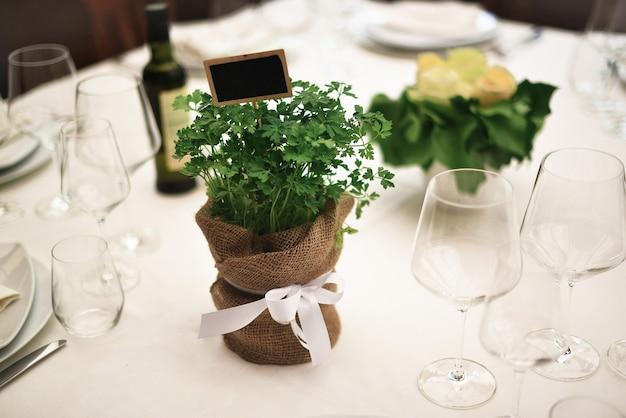 豪華な結婚式やその他のケータリングイベントでのイタリアンテーブルセッティング。結婚式の素朴なスタイル。結婚式のテーブルの装飾。