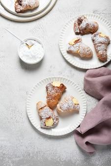Итальянская традиционная десертная агоста со сливками, вид сверху вниз